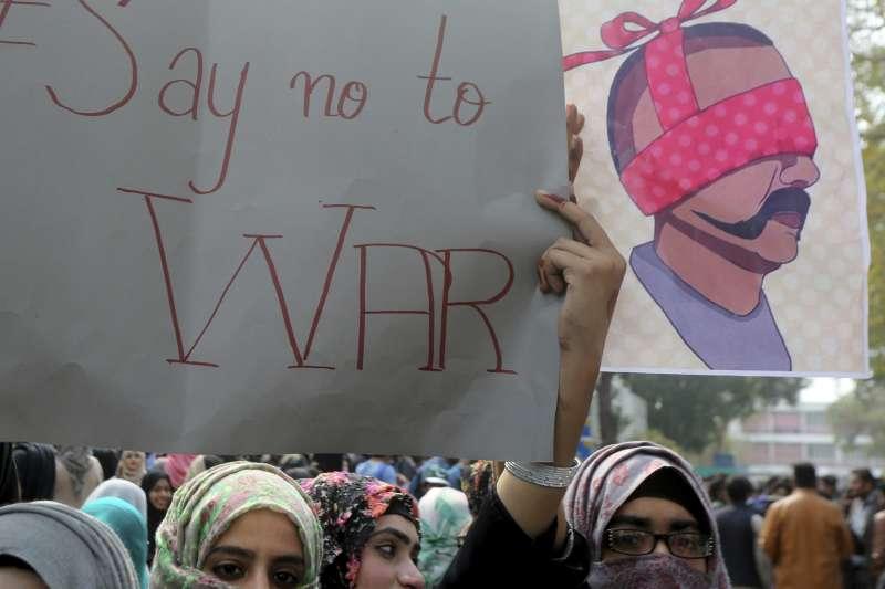 2019年2月28日,巴基斯坦民眾高舉標語「向戰爭說不」,呼籲政府冷靜,克制行為以免衝突升高。(AP)