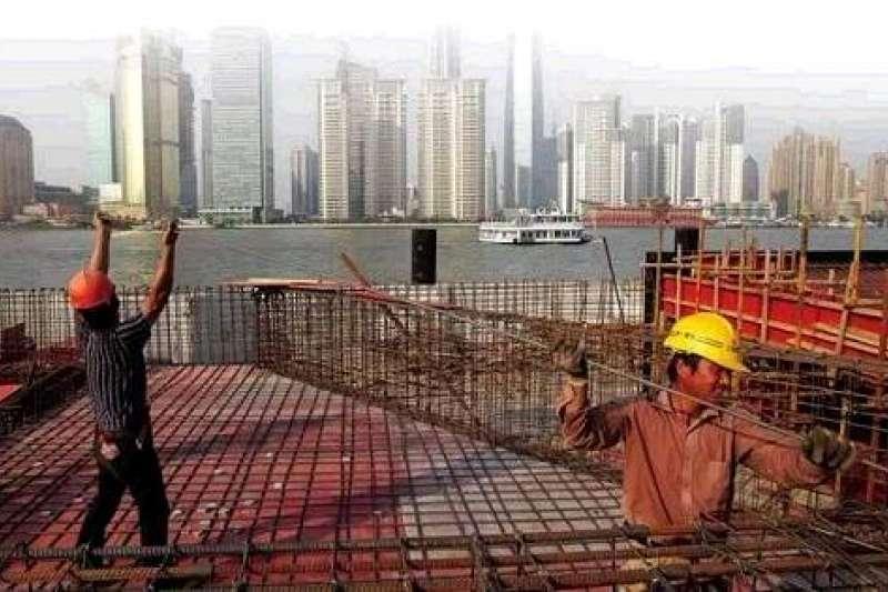 中國政府以「四萬億」刺激經濟,雖然帶動另一波成長,也埋下地方債暴增的地雷;貴州省三都縣和青海省投資集團,近日便陸續傳出倒債風波,(圖片來源:和訊新聞)
