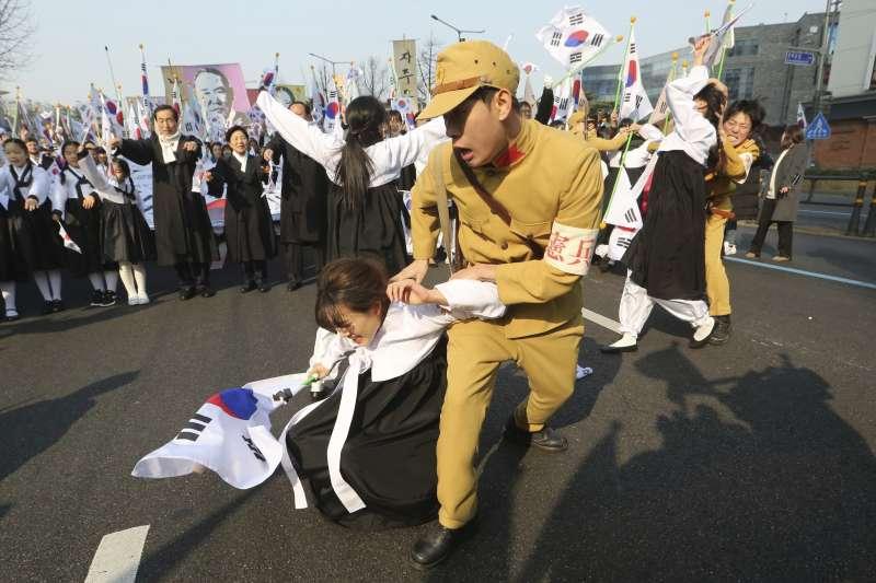 2019年3月1日,韓國「三一運動」100周年紀念活動,以行動劇重現當年日本佔領軍的殘酷鎮壓行動。(AP)