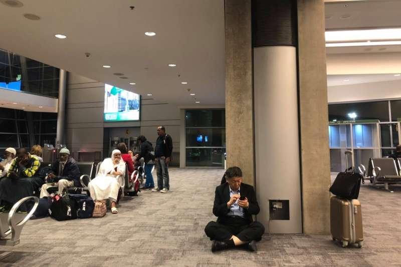 台北市長柯文哲出訪以色列返時,在官方臉書Po出一張在以色列機場席地而坐充電的照片,引發網友熱議。(取自柯文哲臉書)