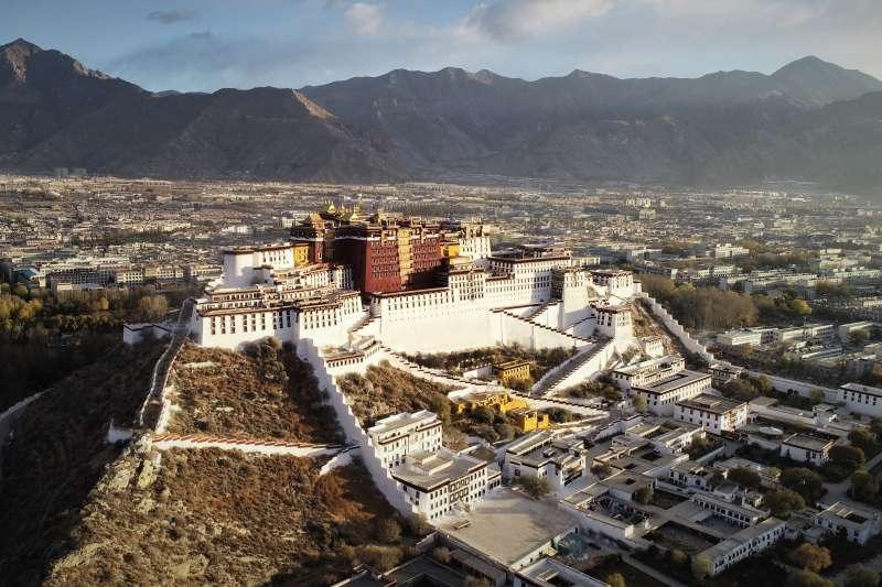 藏人行政中央(原稱西藏流亡政府)日前宣布計畫將對藏中對話籌備工作進行整頓,並另行設立由藏人行政中央高級官員組成的「戰略規劃小組」。圖為西藏布達拉宮。(資料照,新華社)