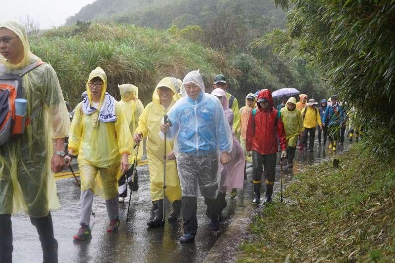 台北市長柯文哲今(3)日一早身穿輕便雨衣,到陽明山挑戰「台北大縱走」。(台北市政府提供)