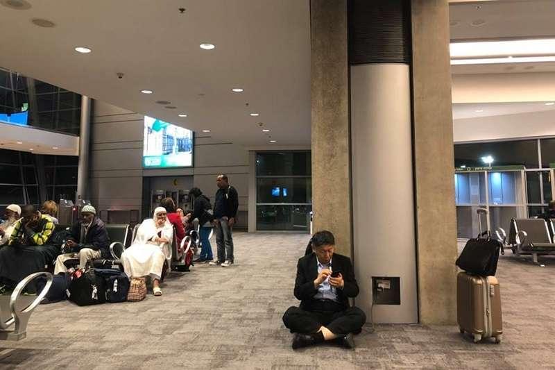 台北市長柯文哲日前參加在以色列舉辦的「全球市長會議」,為了幫手機充電而在國外機場席地而坐,官方臉書將這一幕放上網路,引發網友熱議。(資料照,取自柯文哲臉書)