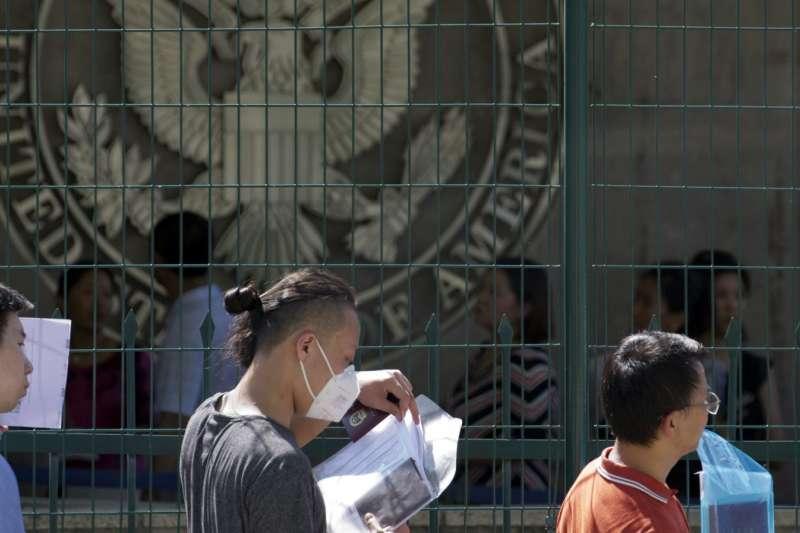 2018年7月26日,美國駐北京大使館前排隊等候申請赴美簽證的人。(AP)