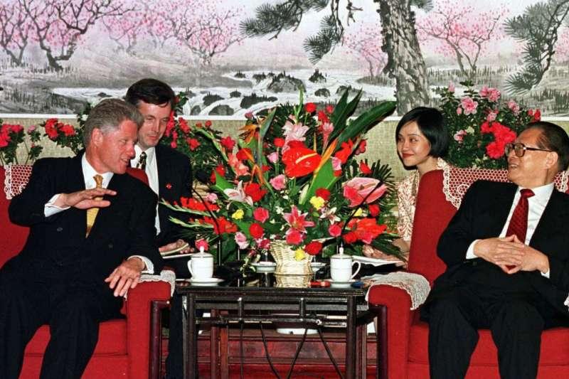 1998年6月28日,美國總統柯林頓與中國國家主席江澤民在中南海會面。(AP)
