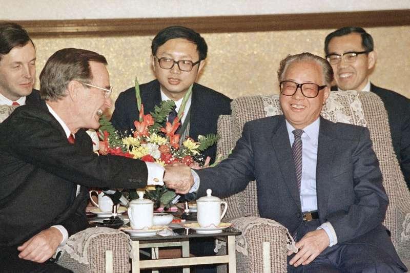 1989年2月26日,美國總統老布希和中國總理兼中共總書記趙紫陽在北京人民大會堂舉行會談。(AP)