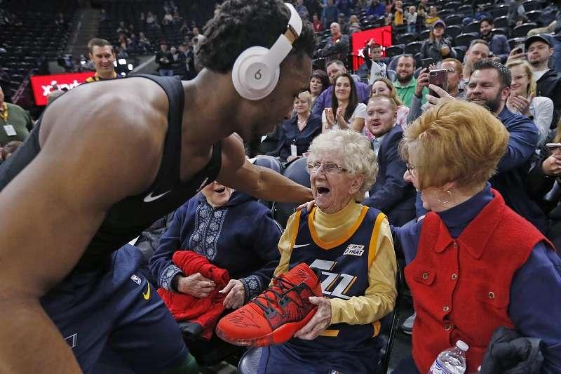 米契爾在賽前送上簽名鞋給高齡102歲的爵士超級粉絲。(美聯社)