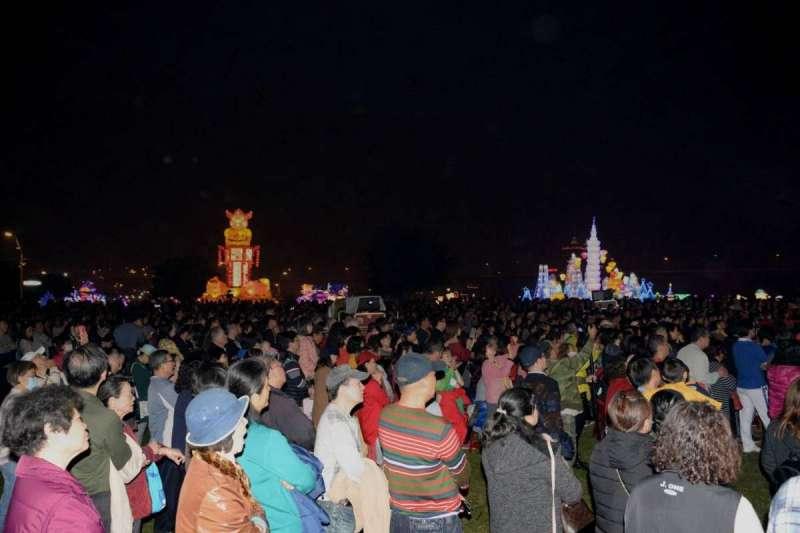 228連續假期,70萬人次湧入新北燈會,各家業者賺的荷包滿滿笑開懷,更讓民眾渡過今年最歡樂的燈會假期 。 (圖/新北市民政局提供)