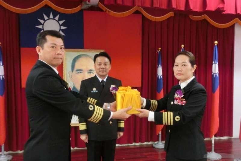 海軍一級艦史上第二位女性艦長日前出爐,是接任隸屬於168艦隊濟陽級宜陽軍艦艦長的黃雅楸(右)。(取自軍聞社)