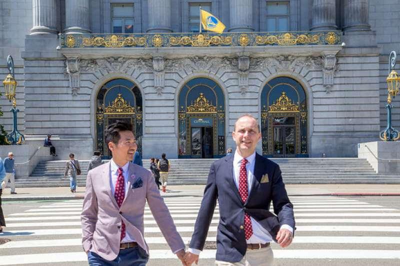 美國國務院代理副助卿史墨客(右)與同性伴侶呂英宗2016年完婚(翻攝網路)