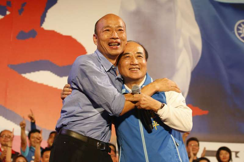 九合一選舉後,地方派系大多倒向韓國瑜(左),曾為韓國瑜三山造勢出錢出力的前立法院長王金平黯然退出初選。(郭晉瑋攝)