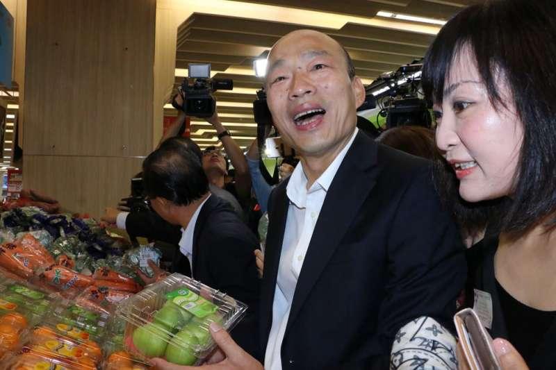 韓國瑜(右二)力推「貨出人進」,賣力推銷高雄農產品。(高雄市政府提供)