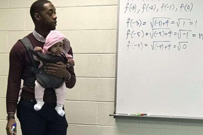 亞歷山大教授說小寶寶表現得「非常規矩」。(BBC中文網)