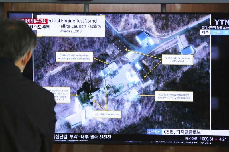 南韓民眾在首爾街頭觀看東倉里發射場的新聞與衛星照。(美聯社)