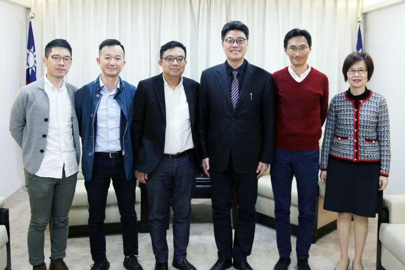 香港泛民派議員陳志全(左二)、涂謹申(左三)、朱凱迪(右二)及前議員羅冠聰(左一)今日拜會陸委會,由副主委邱垂正(右三)接見,雙方商討港女命案引渡事宜。(陸委會提供)