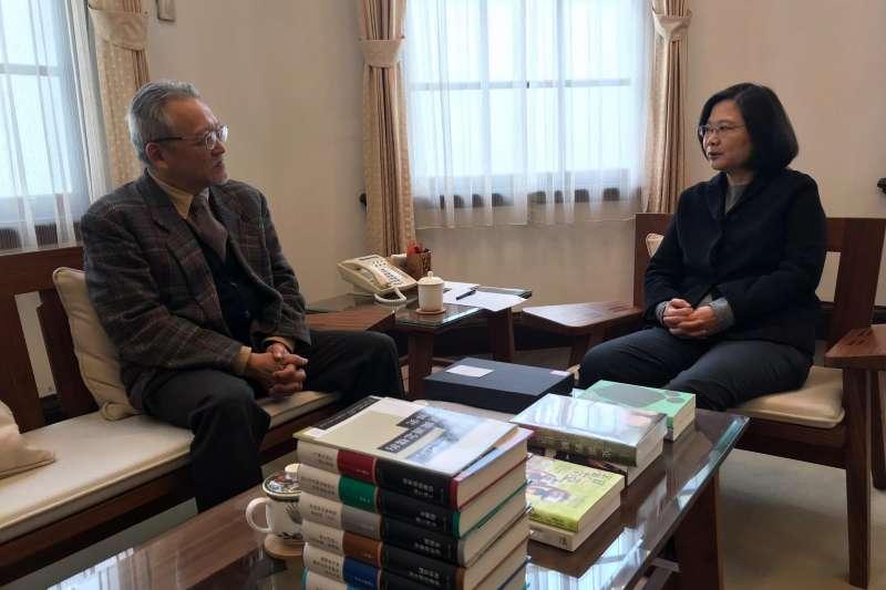 讀書共和國出版集團和八旗文化送數本書給總統蔡英文(右)。左為讀書共和國社長郭重興。(資料照,取自王家軒臉書)