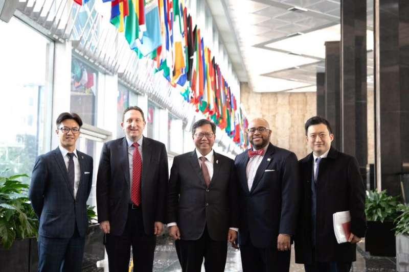 桃園市長鄭文燦6日前往美國國務院拜會,與官員在國務院大廳合影。(取自鄭文燦臉書)