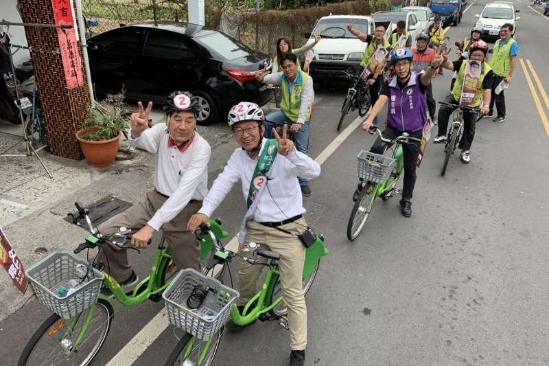 前台南縣長陳唐山(前左)今在台南麻豆騎單車拜票,力挺郭國文(前右)選立委。(郭國文總部提供)