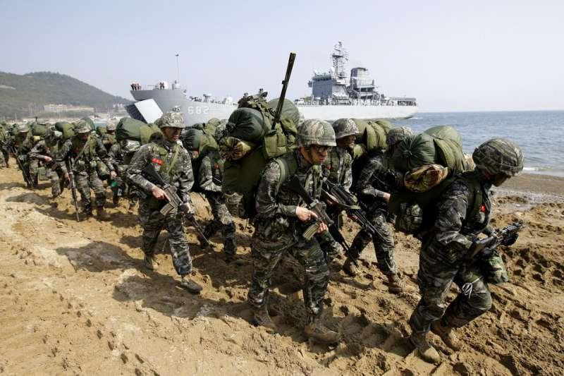 南韓軍隊在沙灘演訓。(美聯社)