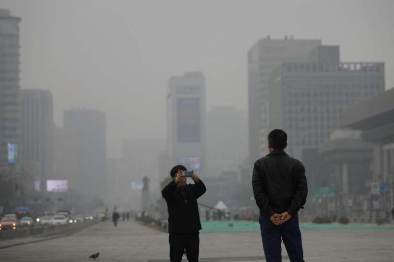 南韓近日霧霾問題嚴重,首爾的空氣品質也是一片灰濛濛。(美聯社)
