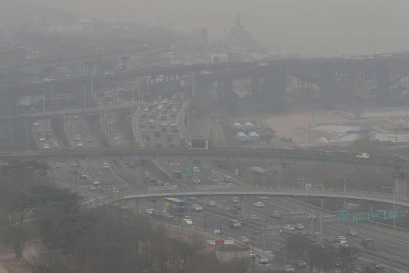 南韓近日霧霾問題嚴重,從遠方遙望漢江一帶的快速道路能見度不佳。(美聯社)