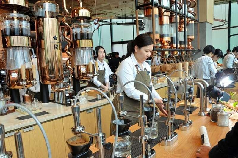 「星巴克臻選®東京烘焙工坊」的1樓主吧台,供應使用烘培豆的咖啡飲品。(圖/潮日本)
