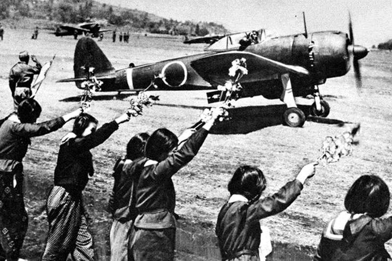 神風特攻隊之所以有名,是因為其在二戰後期以玉碎為名的自殺式攻擊,給當時日本的主要敵人美軍造成了極大的心理陰影。(圖/維基百科)