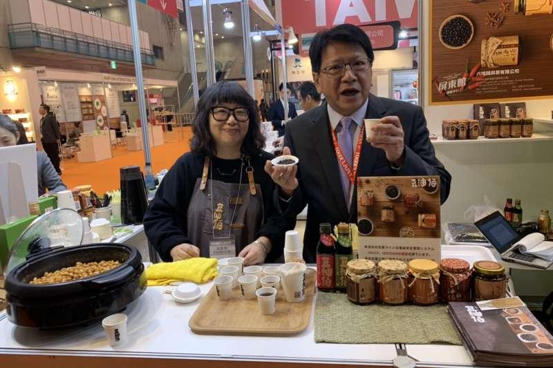 屏東縣長潘孟安(右)強調,他連年都率團參加東京食品展,今年辦燈會雖趕不及開幕,但已和一些國際買家接洽,一定要來擔任平台協助與廠商對接。(屏東縣政府提供)