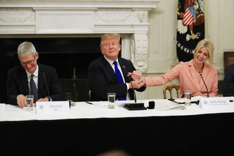 美國總統川普與蘋果執行長庫克在白宮討論就業政策,川普的愛女伊凡卡也一同與會。(美聯社)