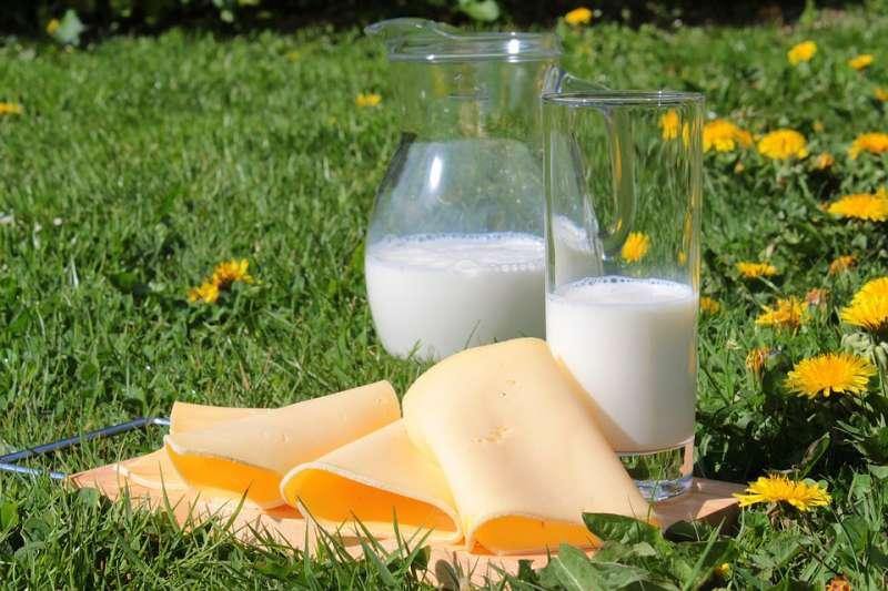 牛奶富含蛋白質和鈣質,市售的乳品種類繁多,鮮奶、奶粉、保久乳,到底該選哪一種才好呢?其實這些乳品的來源都是生乳,不同的是殺菌方法。(圖/Pixabay)