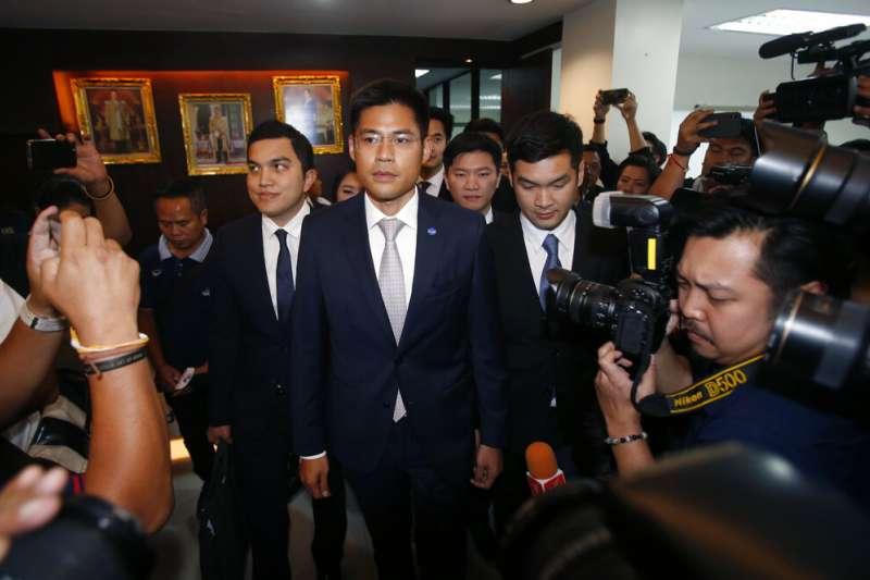 泰國憲法法院7日下午做出重大裁定,解散「泰愛國黨」,「泰愛國黨」黨魁布伊查普下午2時左右率領20多位黨內同僚抵達法院。(AP)
