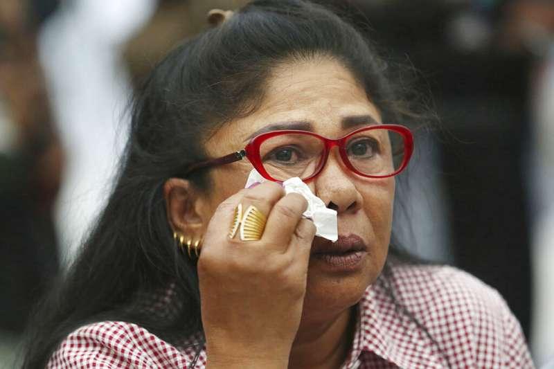 泰國憲法法院7日下午做出重大裁定,解散「泰愛國黨」,該黨支持者傷心落淚。(AP)