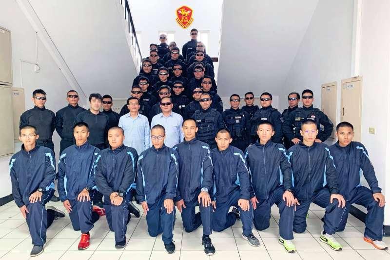 20190307-海巡署新科署長陳國恩前往海洋委員會海巡署的特勤部隊進行視導,入「鏡」隨俗帶墨鏡和隊員合影。(取自CGA-署長室臉書)