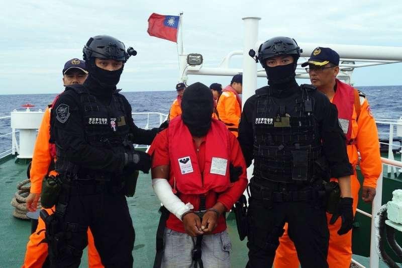 20190307-圖為海巡特勤隊員逮捕遠洋漁船喋血事件的菲籍兇嫌畫面。(海巡署提供)