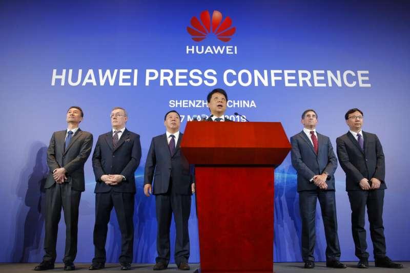 中國電信巨頭華為3月7日早上在深圳總部召開記者會,輪值董事長郭平發布重要聲明:決定起訴美國政府。(AP)