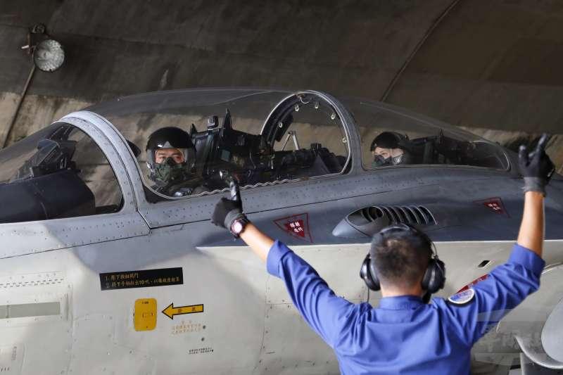 來自第三戰術戰鬥機聯隊的張簡芝穎中尉(後座),與飛官共乘IDF經國號戰機,是國內少數有此經驗的女性航空醫官。(軍聞社)