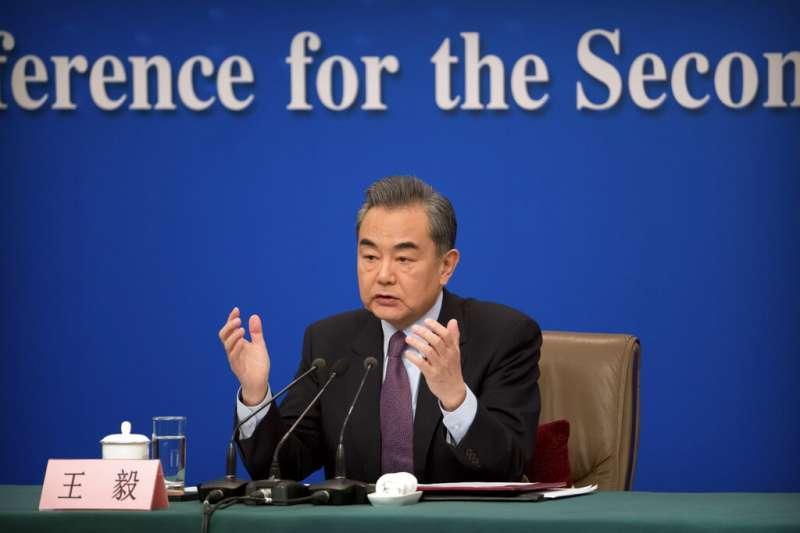 中國外交部長王毅八日出席全國人大記者會,一一回答記者針對中美關係提出的數個問題。(美聯社)