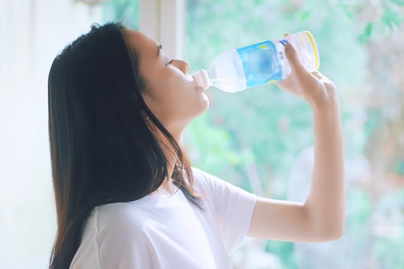 每天坐在辦公室 8 個小時的我們,到底要喝多少水才對?(圖/取自youtube)