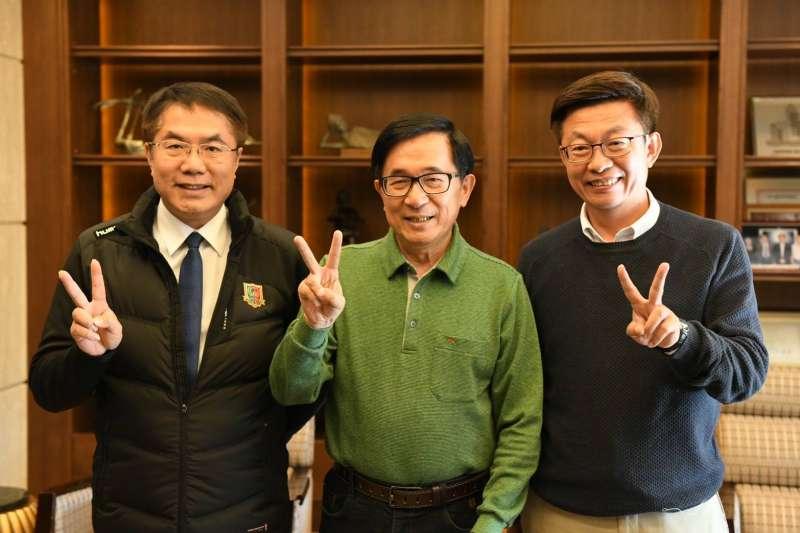 20190308-民進黨台南立委候選人郭國文(右)下午和台南市長黃偉哲(左)親訪前總統陳水扁(中),3人還一起比出郭的競選號次2號合影。(取自郭國文臉書)