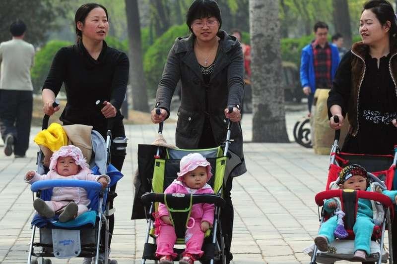 根據中國國家統計局數據,2013年末中國總人口為136072萬人,2014年末為136782萬人。2014年人口出生率是12.37 ‰,2015年下降至12.07 ‰。(BBC中文網)