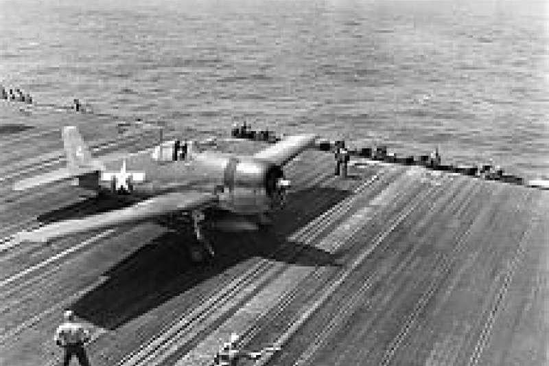 1944年10月12日,由航空母艦列星頓號(USS Lexington)的甲板起飛,對日本殖民統治下的台灣實施炸射。毛澤東比任何人都知道,沒有美軍的支持,中國是不可能擊敗日本,光復台灣的。(作者提供)