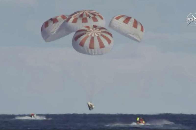 2019年3月8日,美國SpaceX公司「天龍乘員號」(Crew Dragon)太空船平安重返地球。(美聯社)