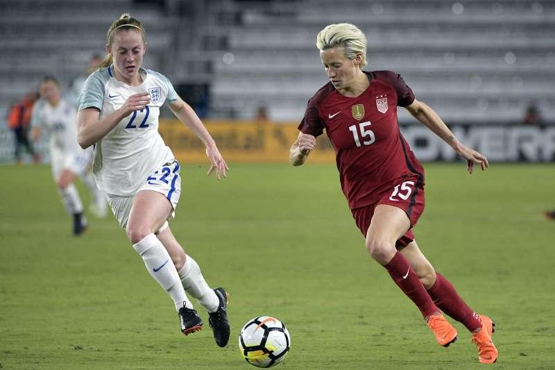 美國國家女子足球隊中場瑞比露(Megan Rapinoe,右)對上巴西隊。(美聯社)