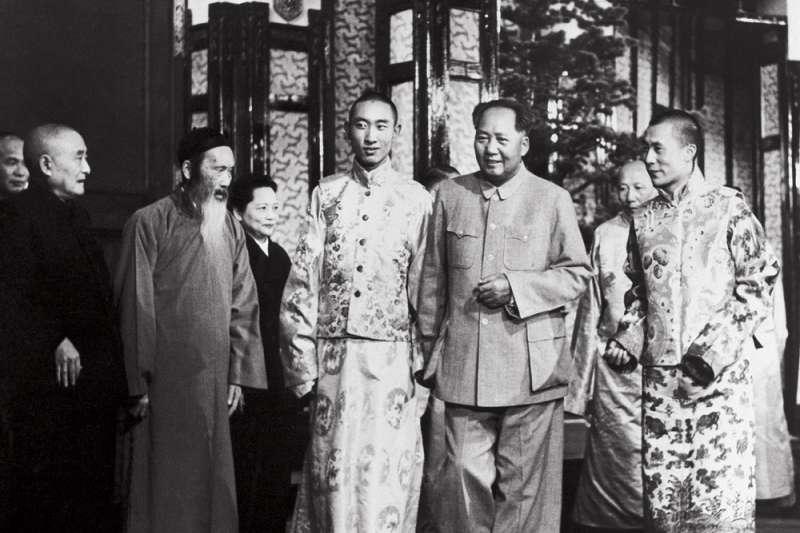 1954年9月11日,第十四世達賴喇嘛(右一)和第十世班禪額爾德尼(右四)前往北京參加全國人民代表大會,與毛澤東(右三)會面。(維基百科公有領域)