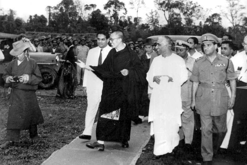 1959年,達賴喇嘛逃離西藏、流亡印度。(維基百科公有領域)