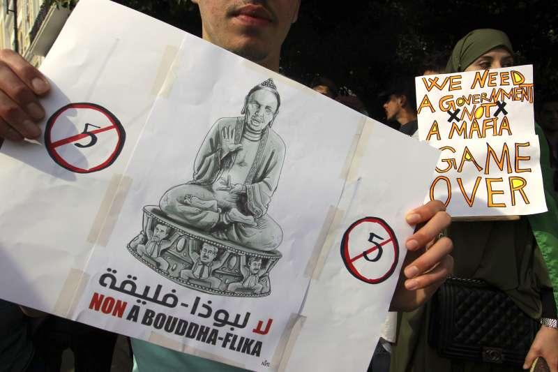阿爾及利亞年老體衰的總統布特佛利卡(Abdelaziz Bouteflika)試圖連任,引發民眾強烈抗議(AP)