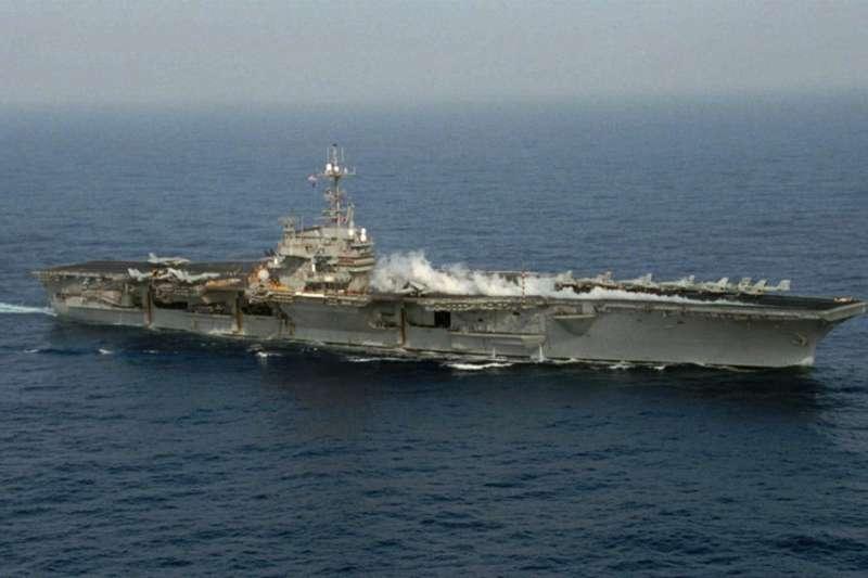 1996年中國試射飛彈,爆發第3次台海危機,當時的美國總統柯林頓派出尼米茲號和獨立號航空母艦巡弋台灣海峽。(取自美國在台協會臉書)