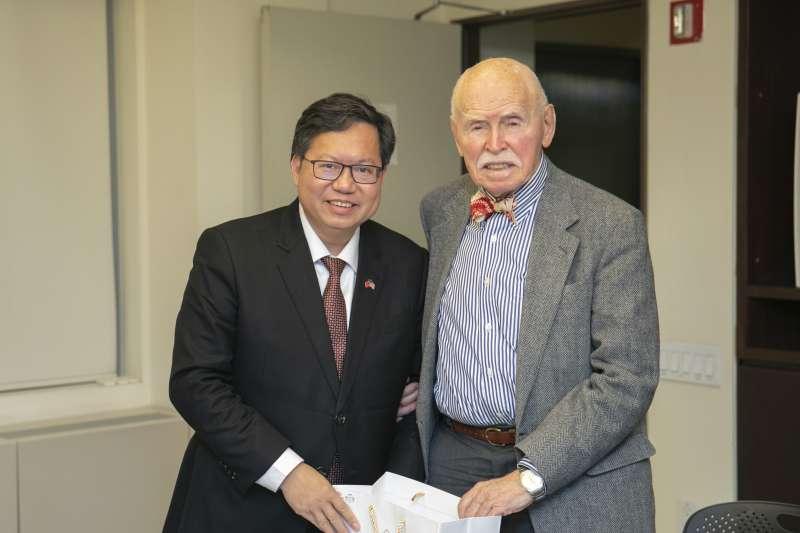 桃園市長鄭文燦(左)在紐約拜訪美國知名法律專家孔傑榮(右)時說,桃園可設立亞洲人權中心,用人權保障和民主價值搭建對外連結平台。(取自桃園市政府)