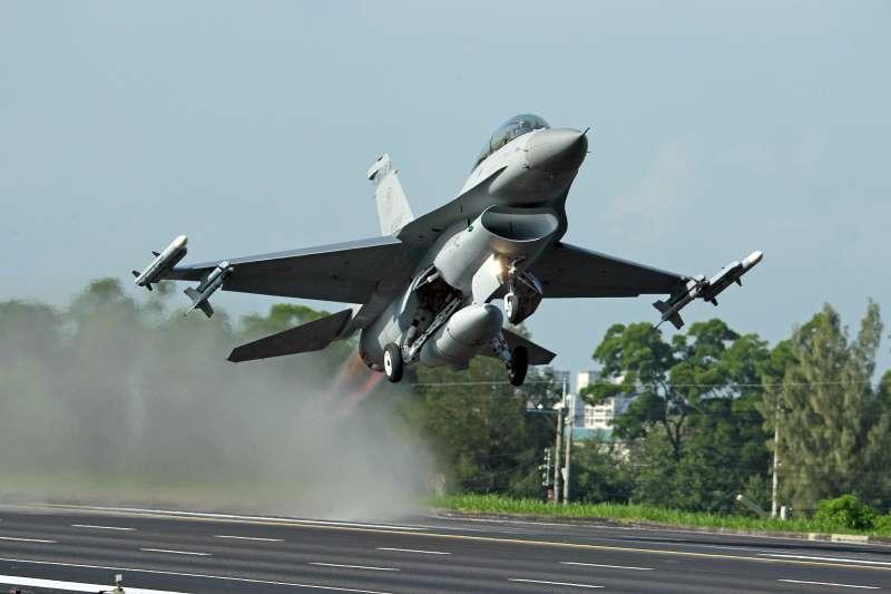 我國空軍在美國亞利桑那州「路克基地」進行F-16戰機專精訓練,空軍參謀長劉任遠中將今(9)日上午證實,將會轉移到「土桑基地」,搬遷作業預計2年完成。(資料照,取自AP)