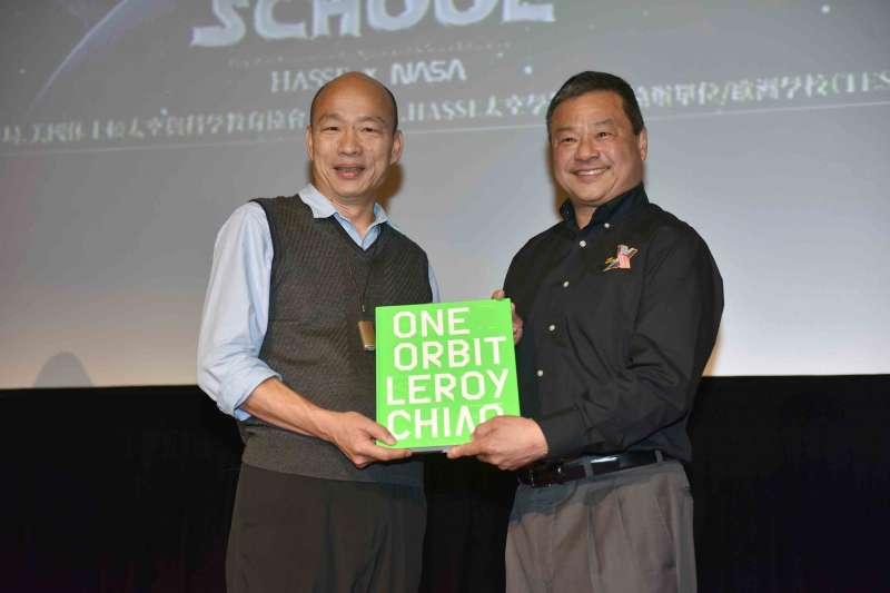 高雄市政府10日邀請自NASA退役的華裔太空人焦立中(右)演講,市長韓國瑜(左)致贈紀念品。(高雄市政府提供)